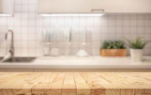 Limpiar una Tabla de Cortar en una Cocina Industrial