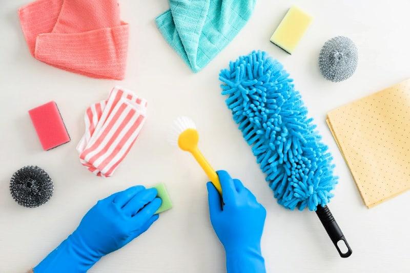 Herramientas de limpieza esenciales sobre un fondo blanco.
