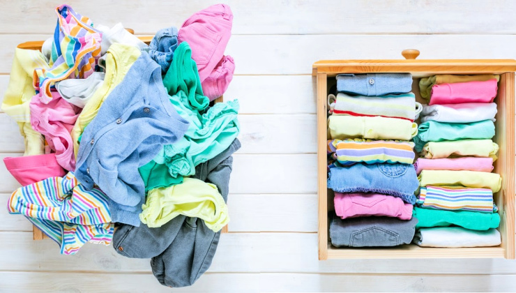 Ropa desordenada a la izquierda y ropa cuidadosamente doblada en un cajón a la derecha
