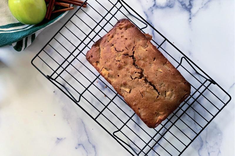 Receta de pan de manzana transferida del molde para pan a la rejilla para enfriar