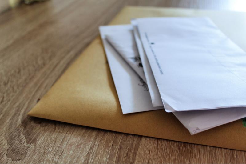 Montón de correo que crece sobre la mesa muestra un mal hábito de limpieza