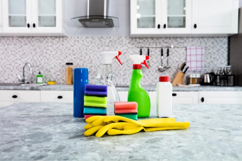 Suministros de limpieza listos para usar en la encimera de la cocina