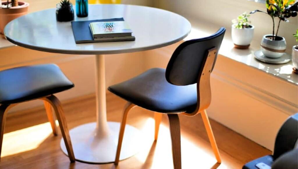 Mesa y sillas de comedor despejadas