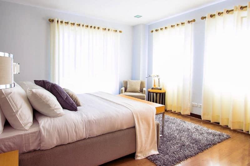 Conviértase en una persona más limpia: cama bien hecha en un dormitorio moderno