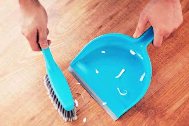 Cosas que las personas limpias hacen todos los días: recoger los desorden en el piso con una escoba de mano y un recogedor