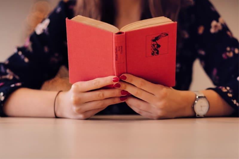 Razones por las que las mamás deberían ir a la huelga - Mujer leyendo un libro