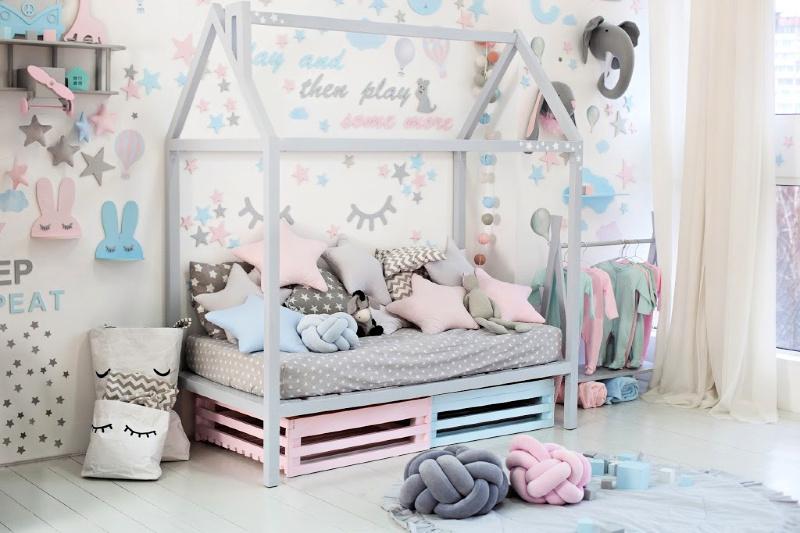 Dormitorio infantil en colores pastel con conejitos pastel y pestañas de dibujos animados en las paredes