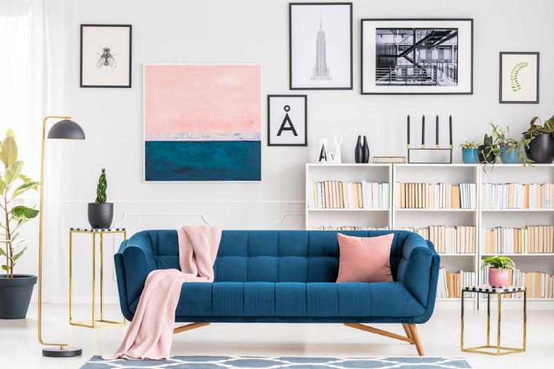 Acentos rosados y azules en un interior de casa moderno y limpio salón
