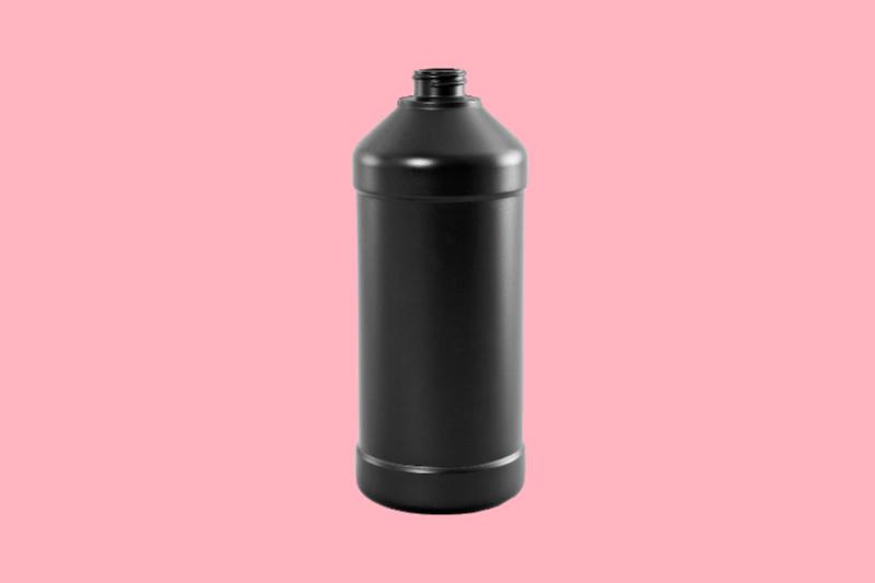 Botella de peróxido de hidrógeno de resina marrón contra un fondo de color rosa