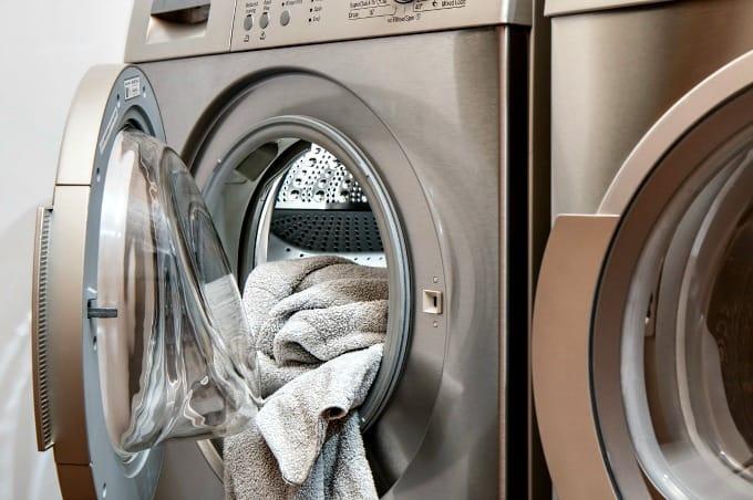 Cómo deshacerse de los olores a moho en la lavandería: una toalla que cuelga de la lavadora de carga frontal