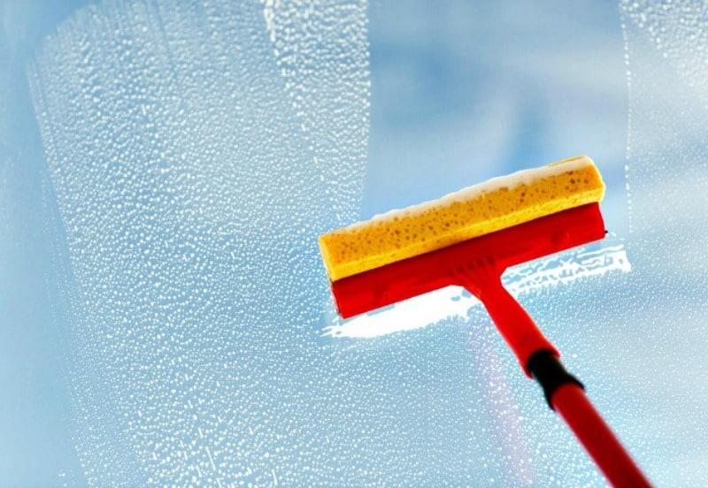 Cómo lavar las ventanas sin dejar rayas: escobilla de goma y limpiacristales casero que funciona