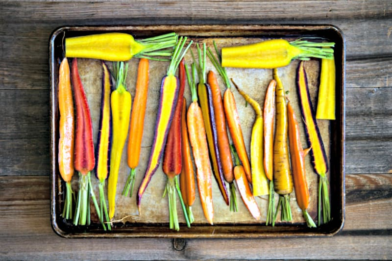 Verduras asadas en bandeja manchada de grasa