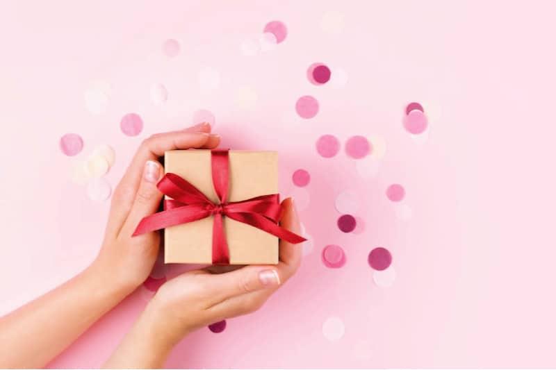Anfitriona con regalo envuelto