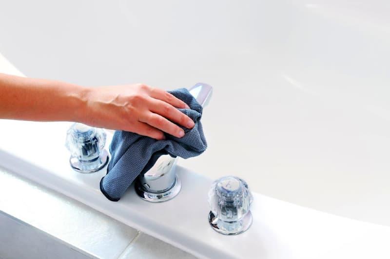 Cómo eliminar las manchas de agua dura de forma natural