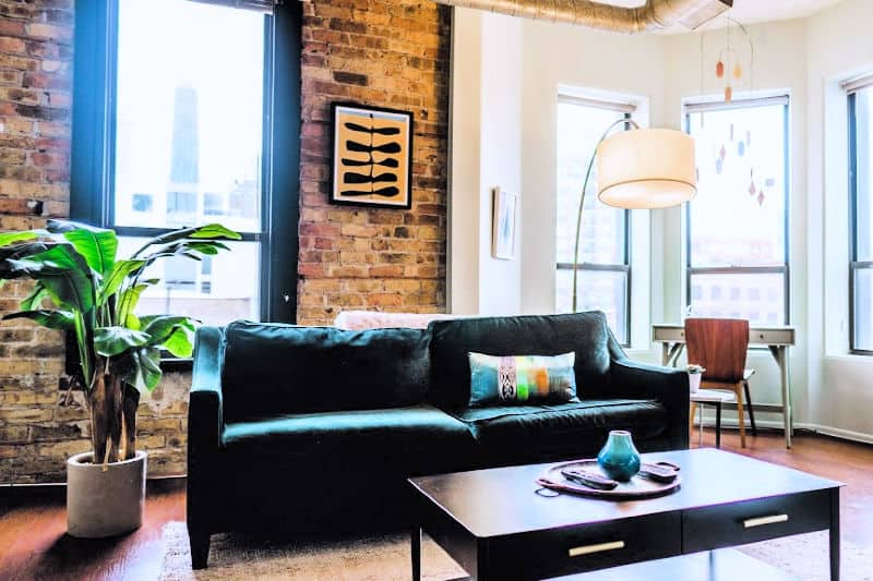 Mesa de centro de madera limpia en la moderna sala de estar