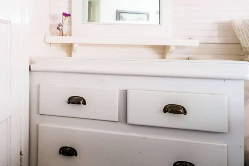Organice las cómodas para niños: cómoda de madera blanca con tiradores de cajones modernos y oscuros