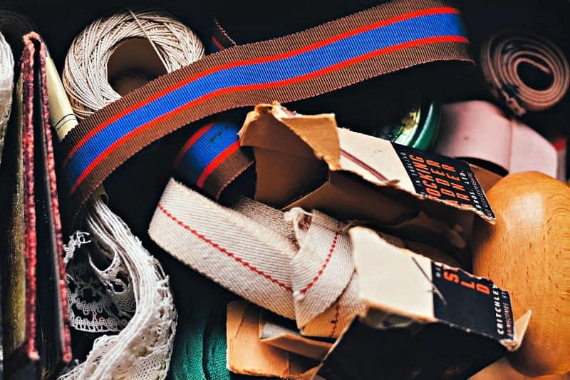 Organizar cajones de basura: un cajón lleno de suministros de costura y otras cosas
