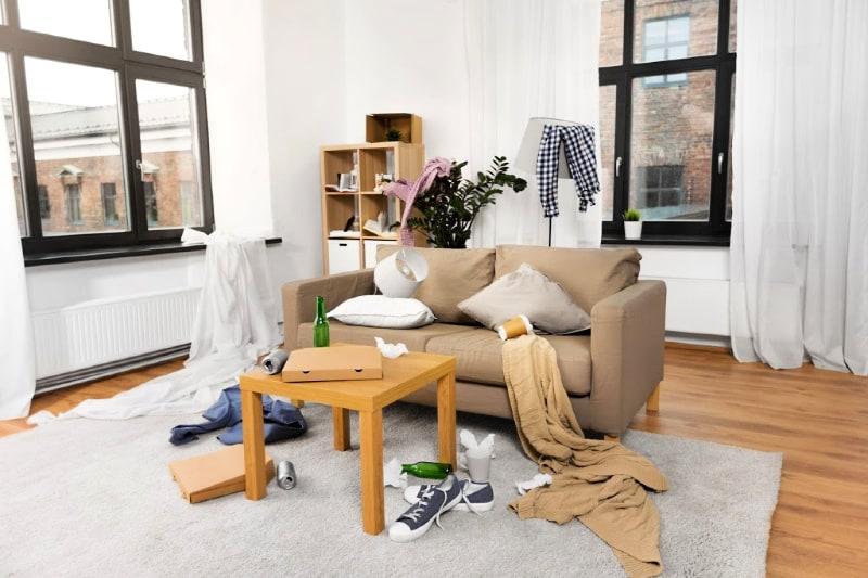 Una sala de estar desordenada