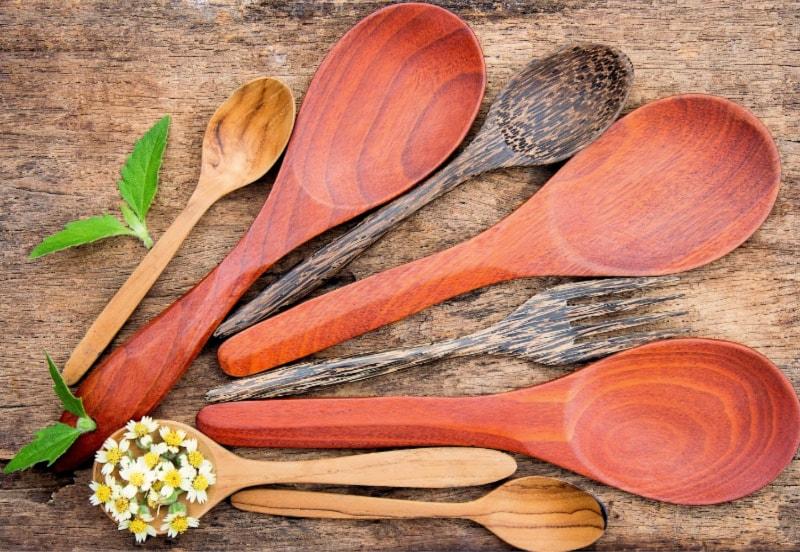 Vista aérea de varias cucharas de madera debidamente cuidadas