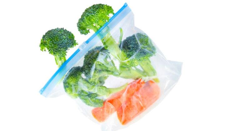 Floretes de brócoli y zanahorias a la mitad en una bolsa ziploc
