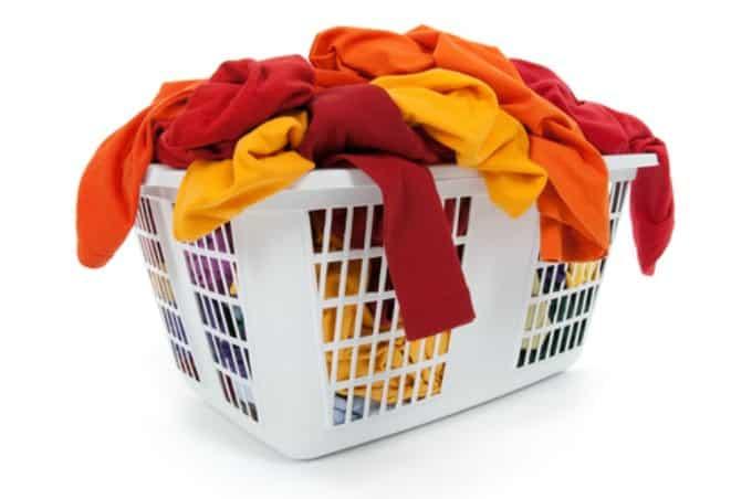Cómo lavar menos ropa Controle su ropa y establezca una rutina sabiendo qué se debe lavar con qué frecuencia