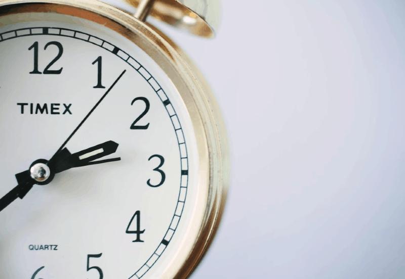 Tareas de un minuto - Cronómetro de oro sobre fondo blanco.