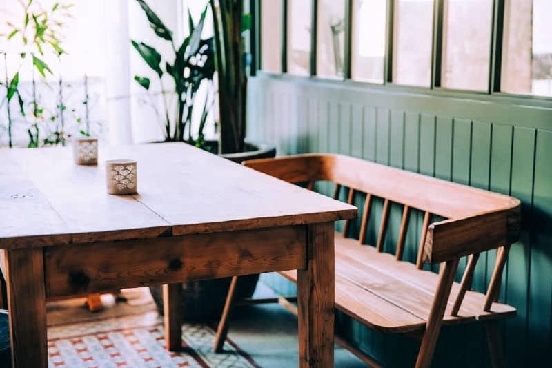 Mesa y banco de comedor de madera