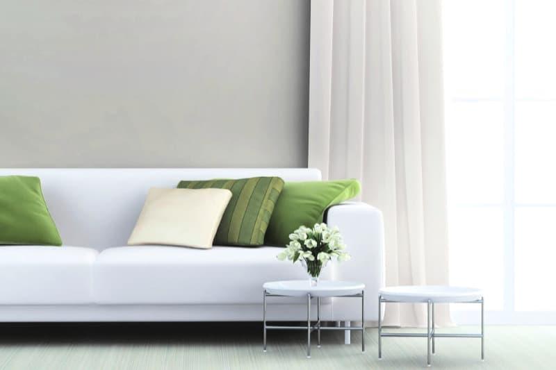 Sofá blanco limpio en sala de estar minimalista