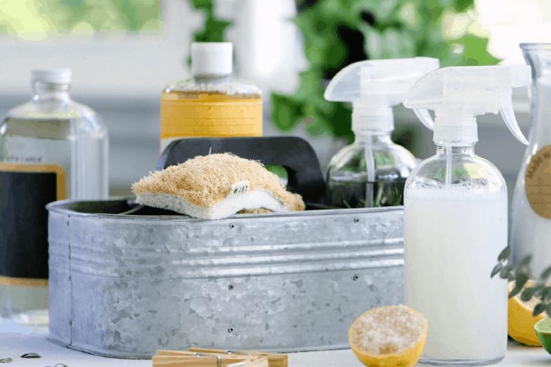 Organización de suministros de limpieza: cubo de metal galvanizado con botellas de spray de limpiadores caseros