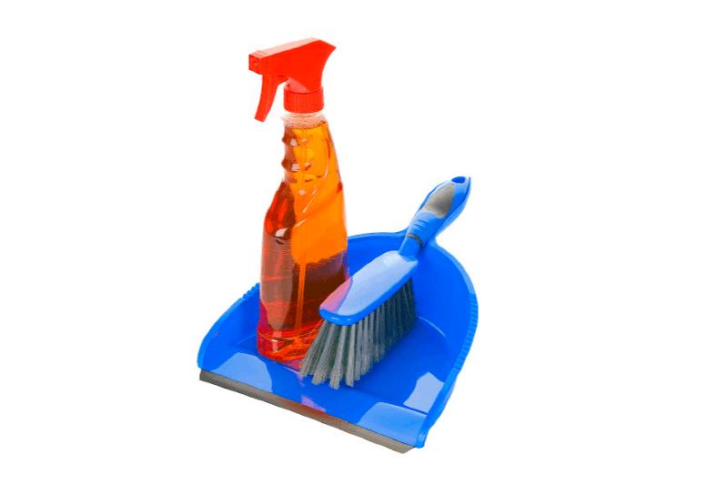 Rocíe una botella de solución de limpieza con un cepillo de mano y un recogedor