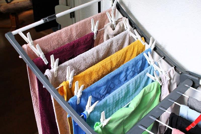 Organización de la lavandería: una rejilla de secado plegable hace un uso eficiente del espacio