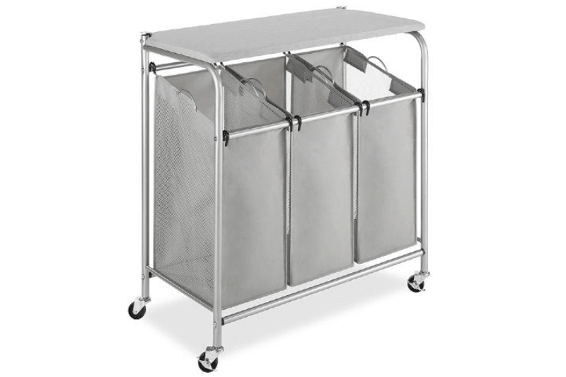 Organización de la lavandería: una cesta rodante con un mostrador puede crear espacio adicional para clasificar la ropa.