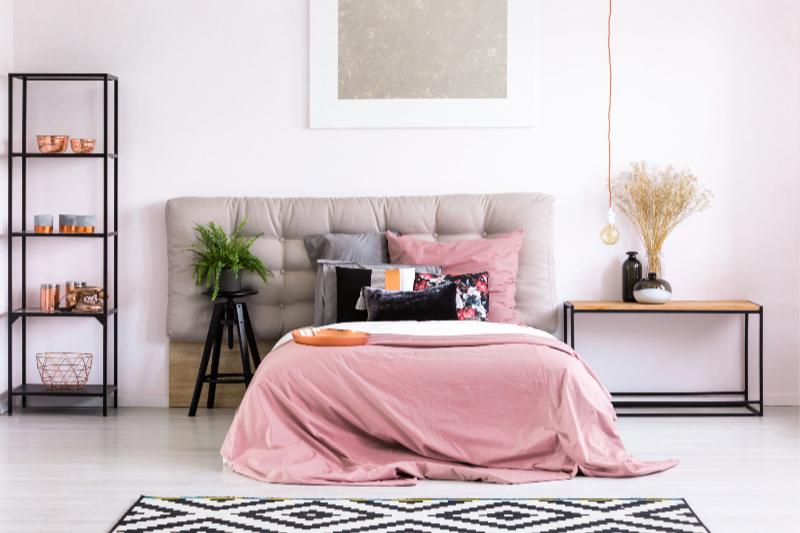 Cama tamaño queen con funda rosa en Making Bed Challenge