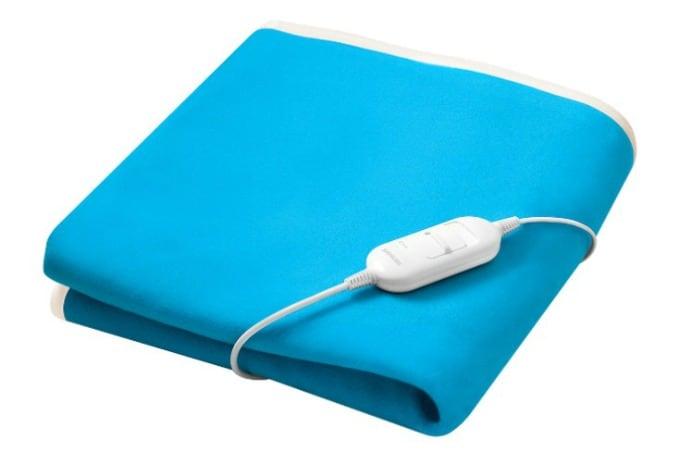 La manta eléctrica azul limpia doblada muestra cómo lavar las mantas eléctricas