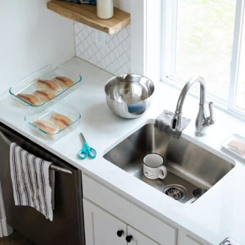 Fregadero de cocina y mostradores circundantes con hogazas de pan