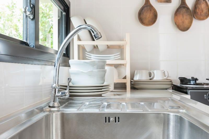 Fregadero de cocina de acero inoxidable limpio y desinfectado