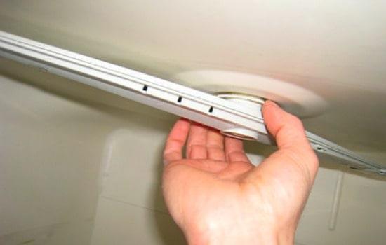 Cómo limpiar un lavavajillas: inspeccionar el brazo giratorio