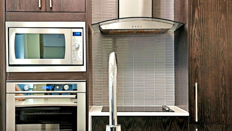 Cómo limpiar el filtro de la campana extractora: electrodomésticos de acero inoxidable y gabinetes de cocina de madera oscura