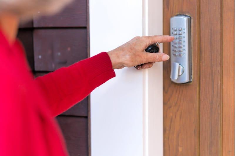 Que limpiar para los invitados de la casa - mujer entrando a casa