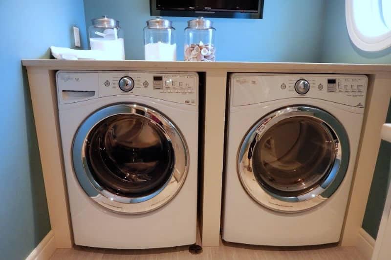 Organización de la lavandería - Día 22 - Lavadora y secadora de carga frontal con encimera para doblar la ropa